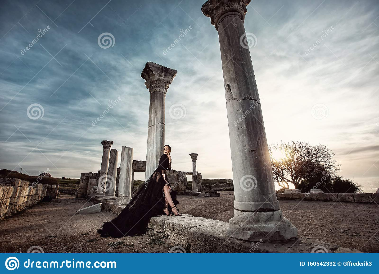 Красивая Маша позирует на фоне руин