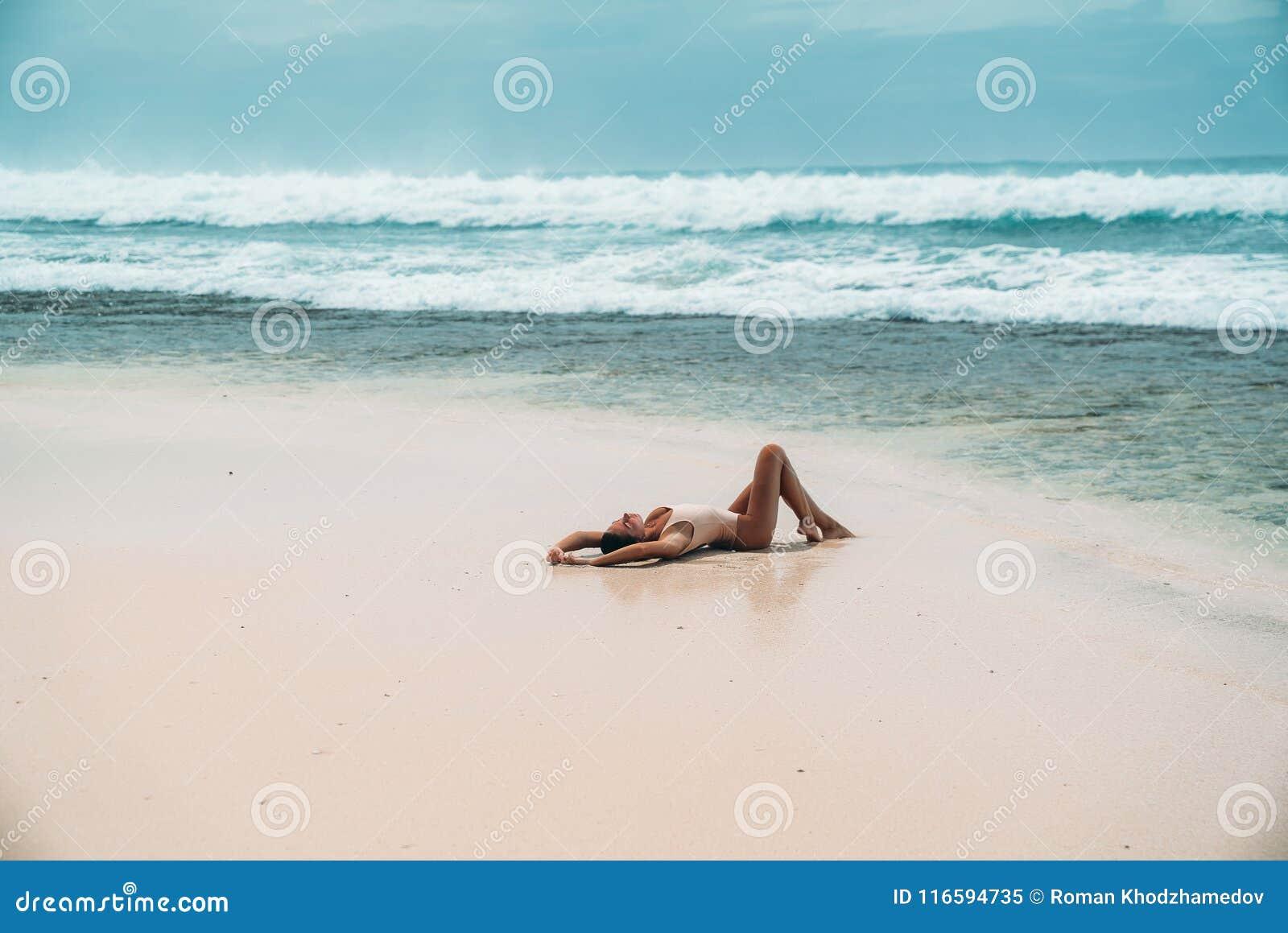 Сексуальная сторона на солнечном берегу