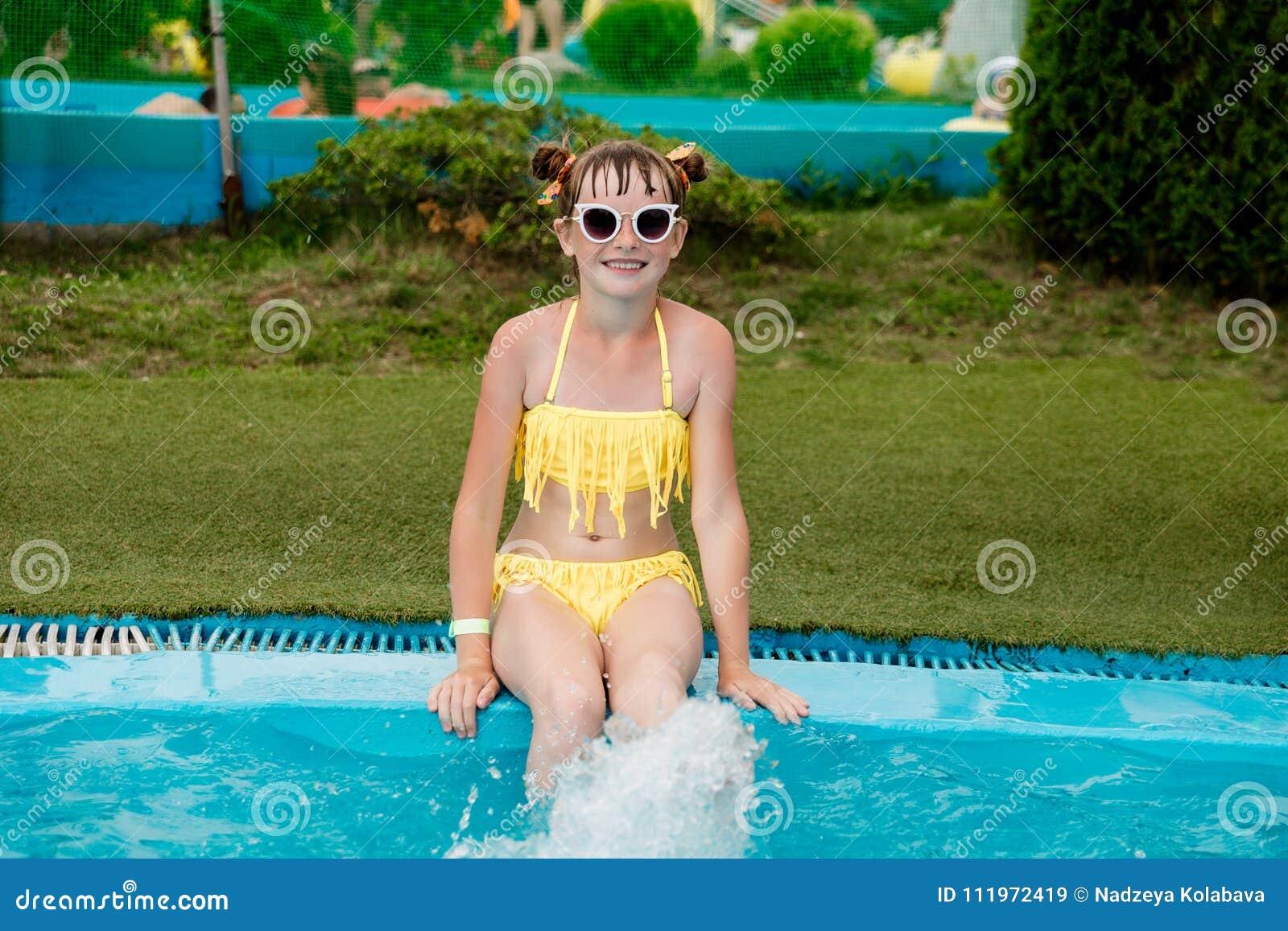 Девушка плавает в бассейне в капроновых колготках