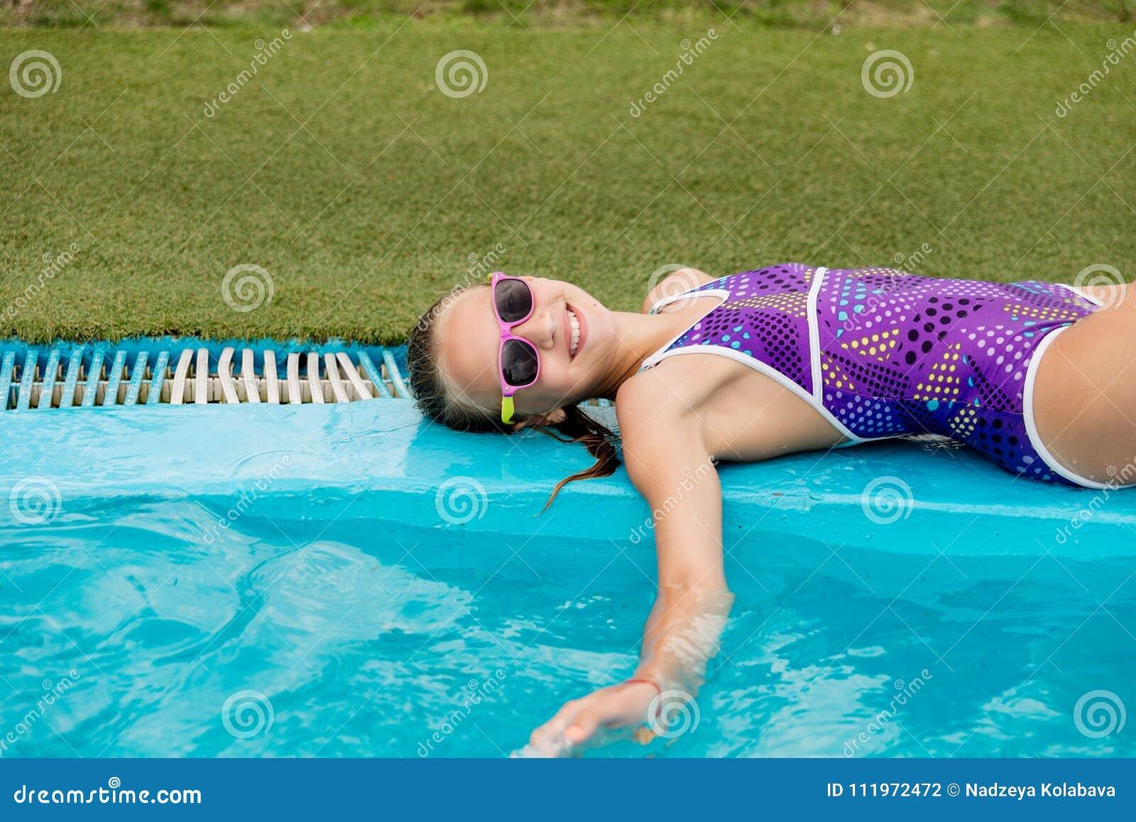 девушка плавает в бассейне в капроновых колготках печально знаменитый