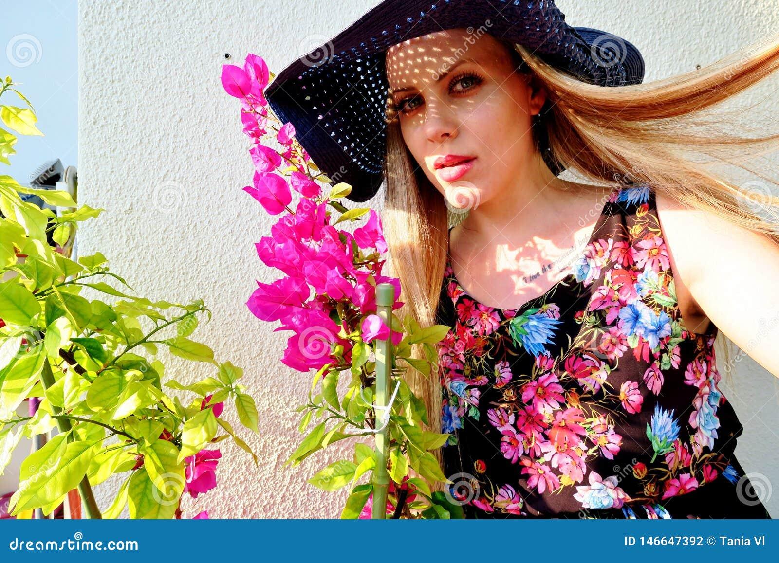 Красивая девушка в шляпе с волосами летания в ветре