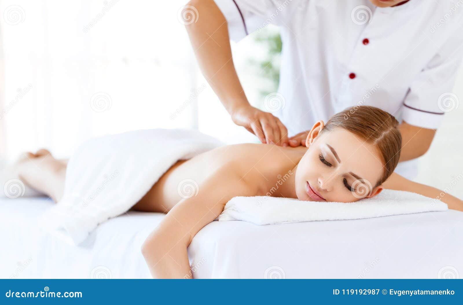 Красивая девушка наслаждается обработками массажа и курорта