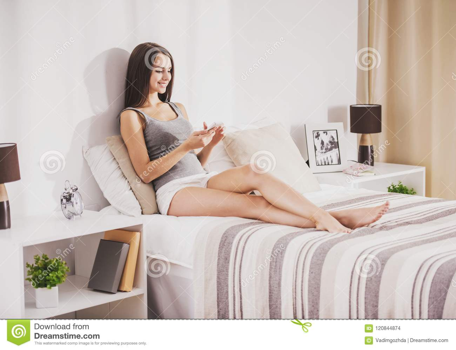 Фото девушек в джинсах на кровати ногами вверх, трахнул красивое спортивное тело смотреть онлайн