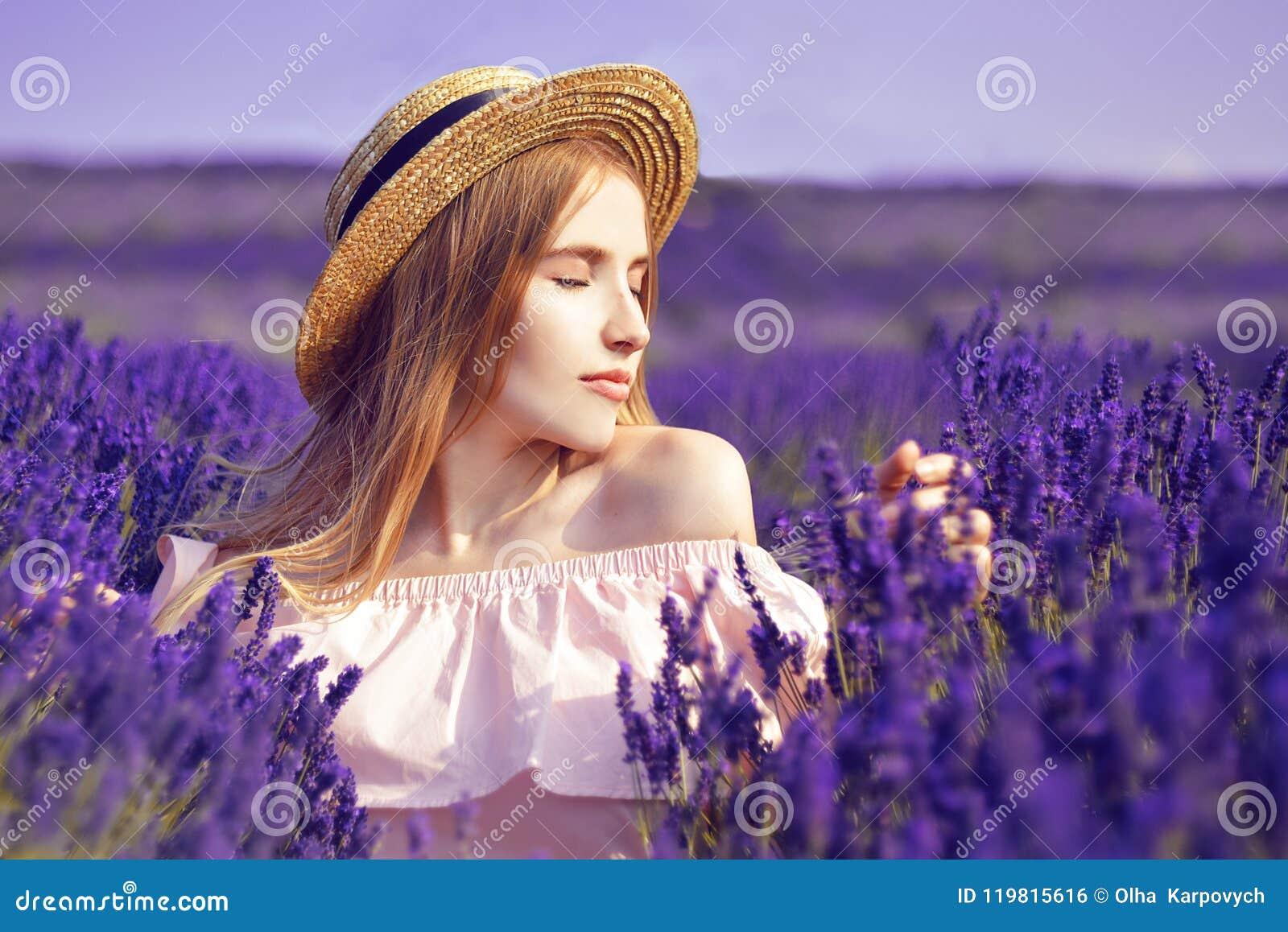 Красивая девушка на поле лаванды Красивая женщина в поле лаванды на заходе солнца сфокусируйте мягко Франция Провансаль Девушка в