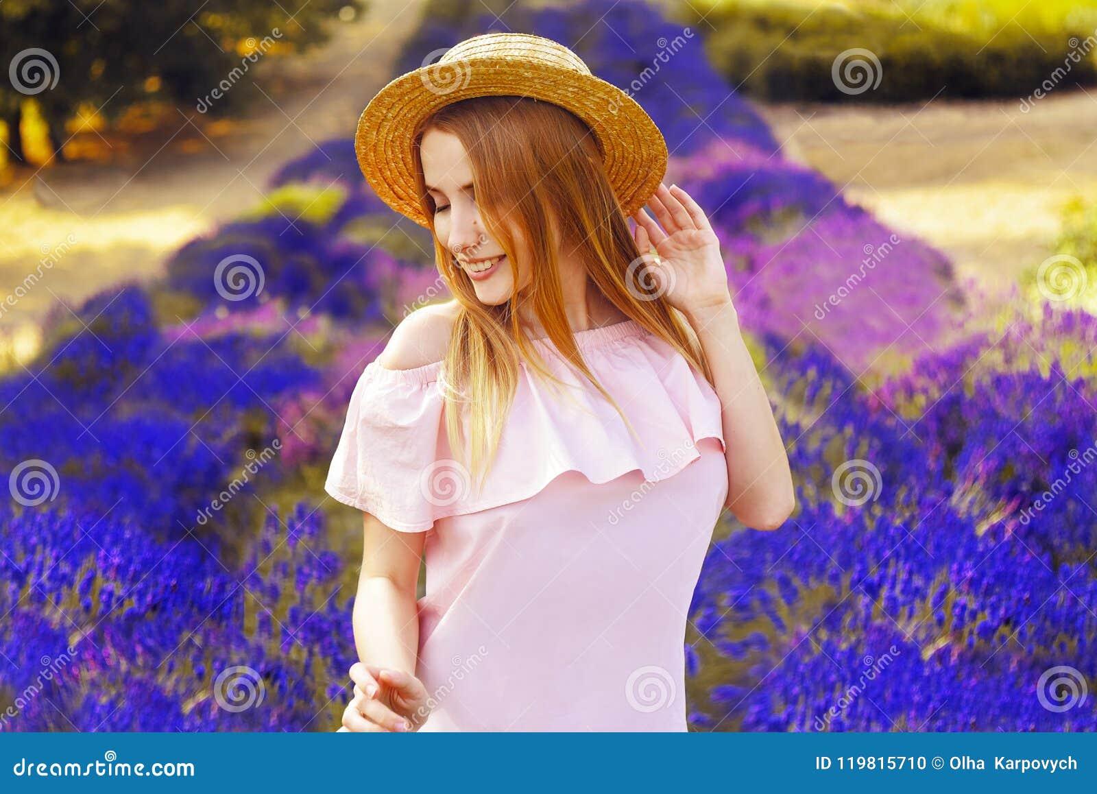 Красивая девушка на поле лаванды Красивая женщина в поле лаванды на заходе солнца сфокусируйте мягко Франция Провансаль Улыбка