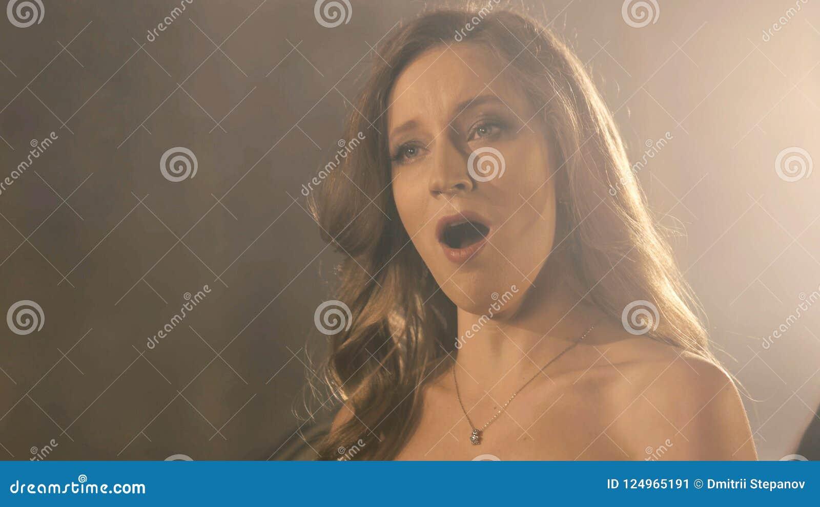 Красивая девушка певицы оперы конец портрета 4k вверх певицы художника