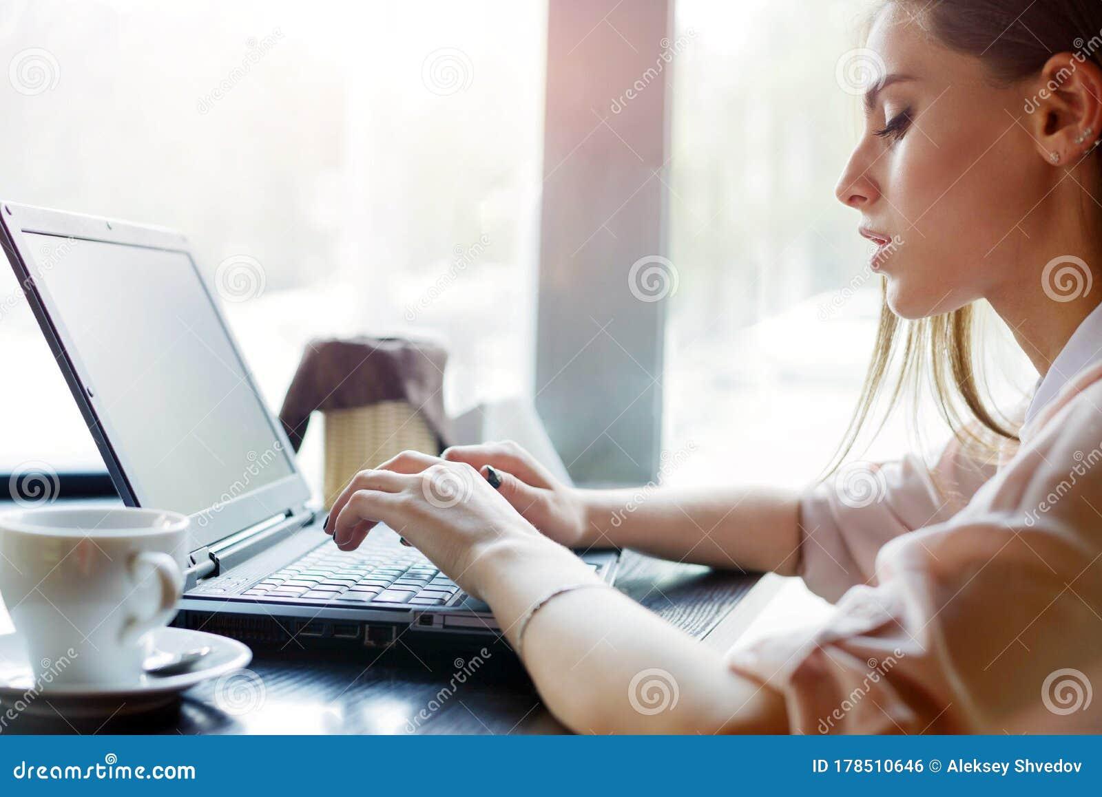 Фото девушки на работе за столом девушка в пиджаке на работе