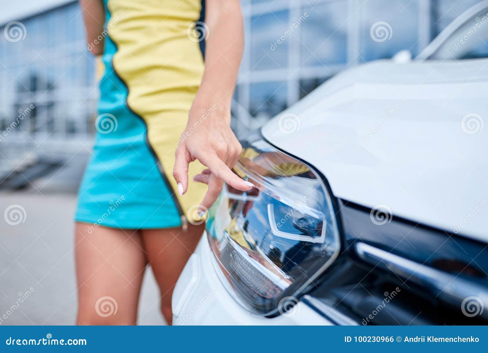 Красивая девушка рядом с новым автомобилем Концепция покупать новый автомобиль