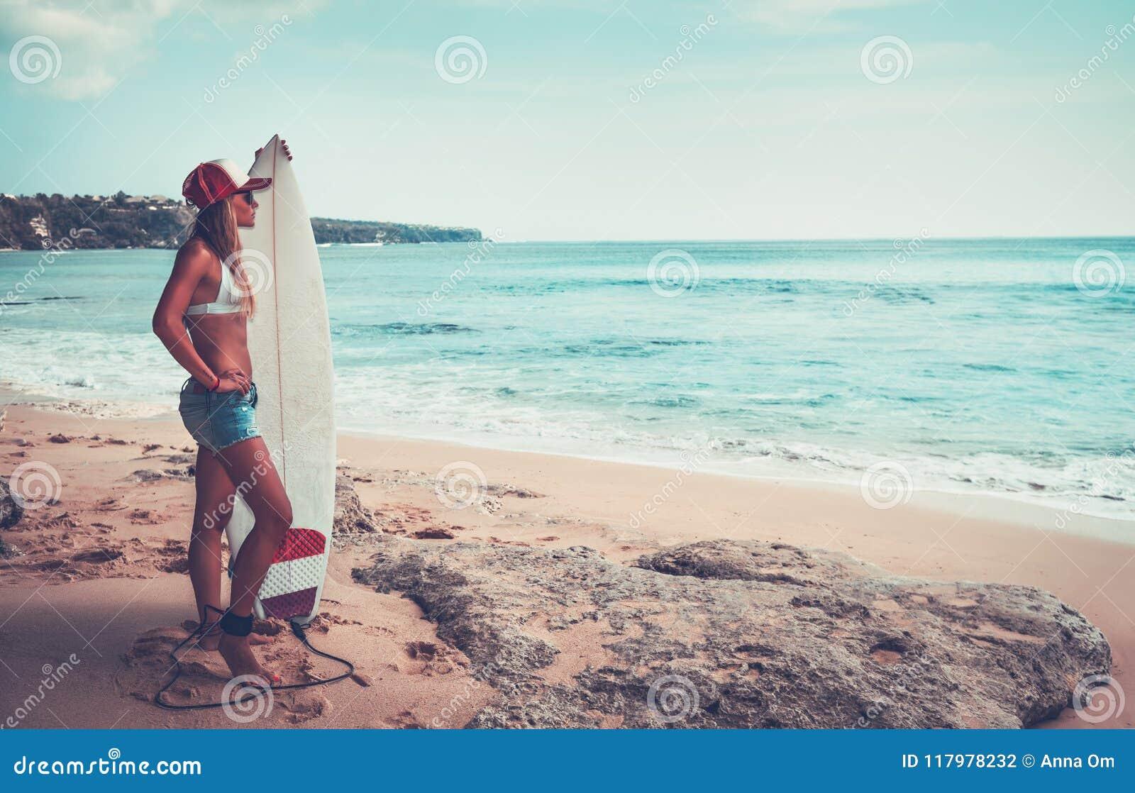 Красивая девушка серфера на пляже