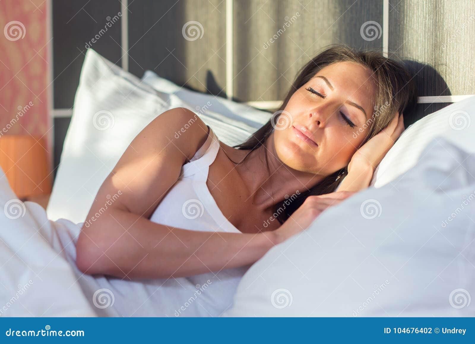 Смотреть спит в платье на кровати видео, если в вагине неприятный запах это