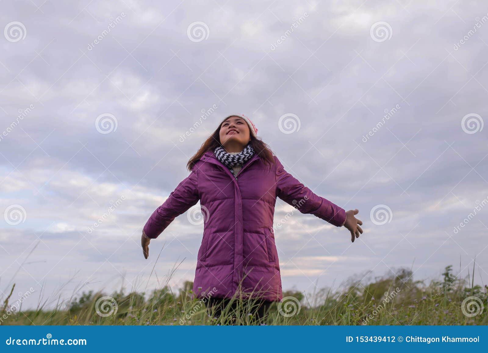Красивая девушка счастлива в зиме