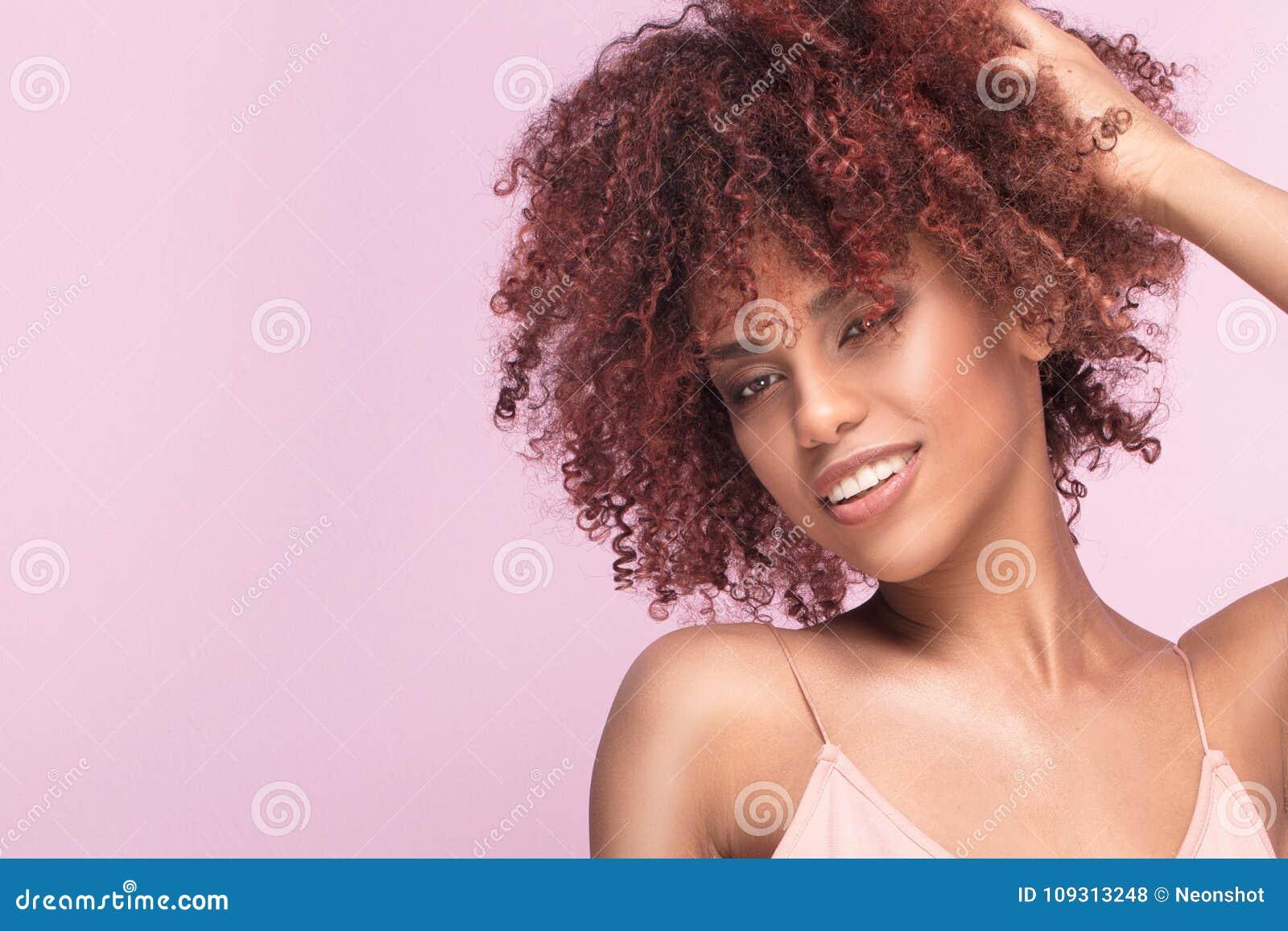 Красивая девушка с афро усмехаться