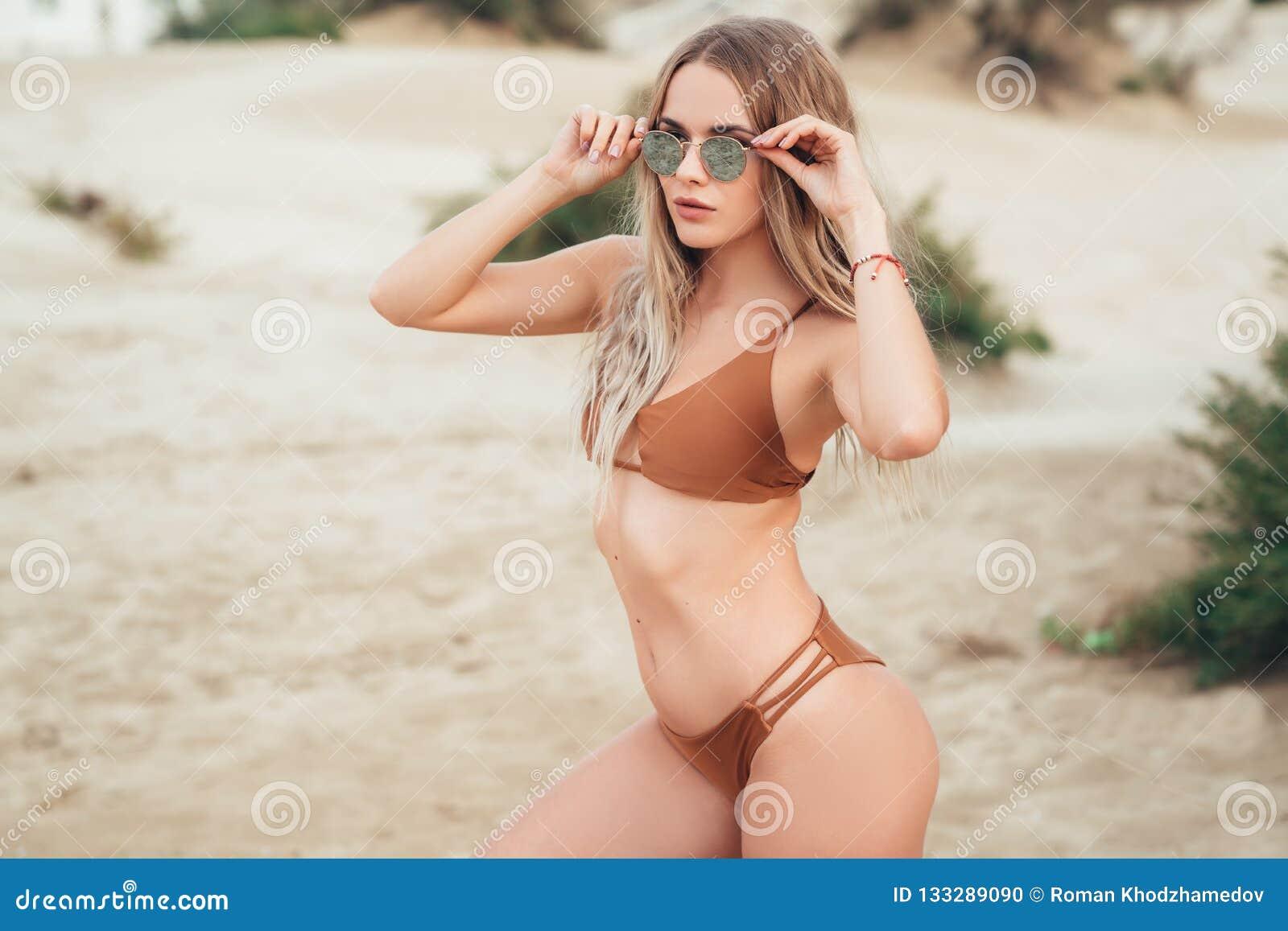 Симпатичная девушка с сексуальным телом