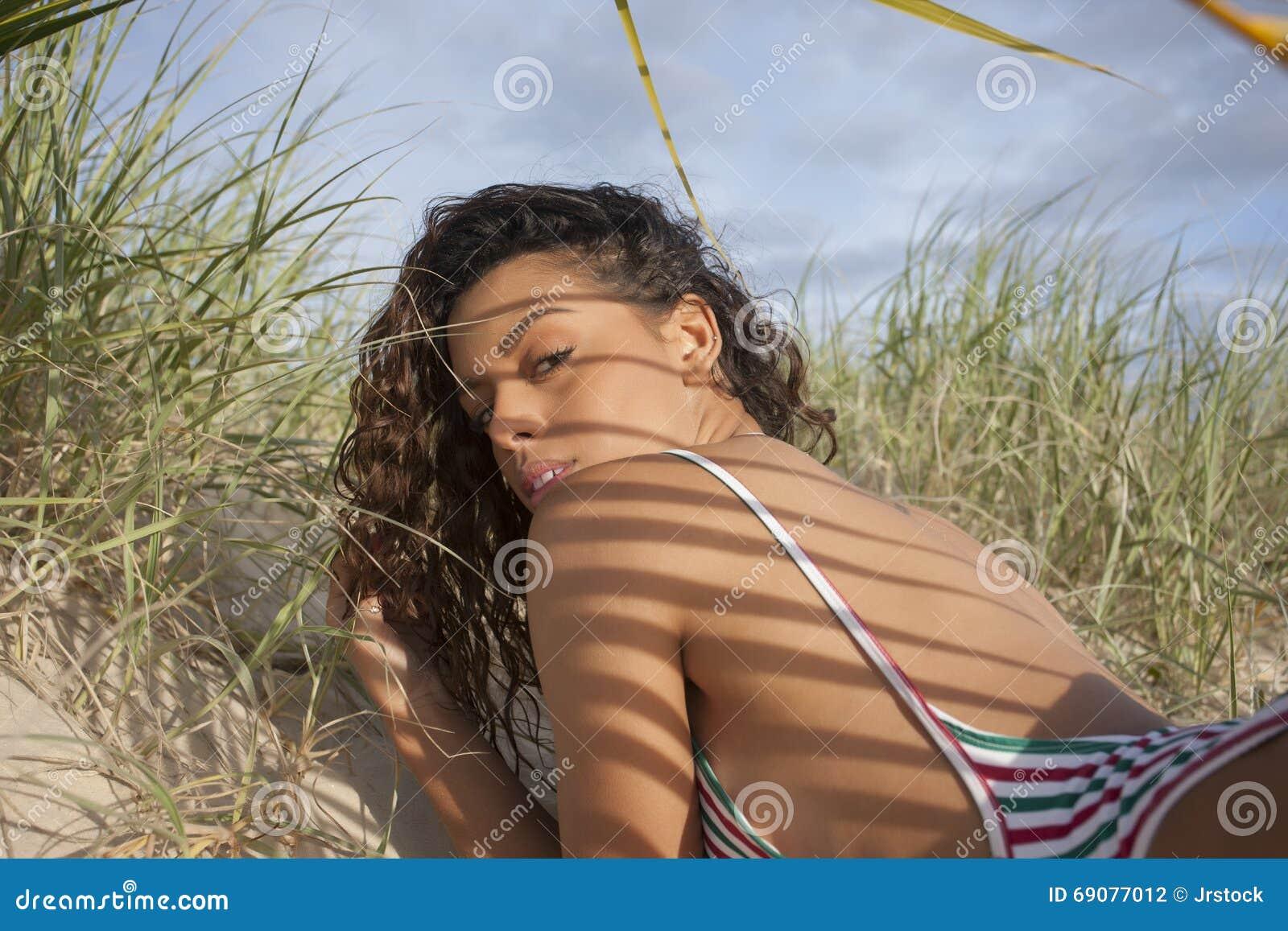 Смотреть гонки на пляже бикини