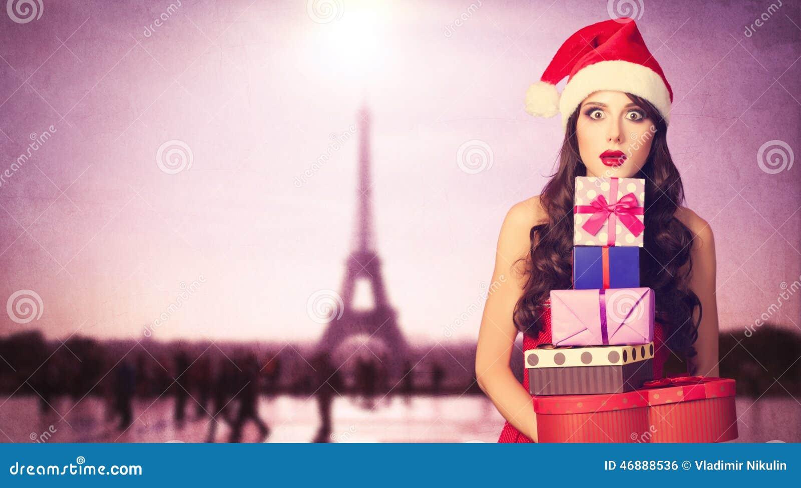 Красивая девушка брюнет в шляпе рождества