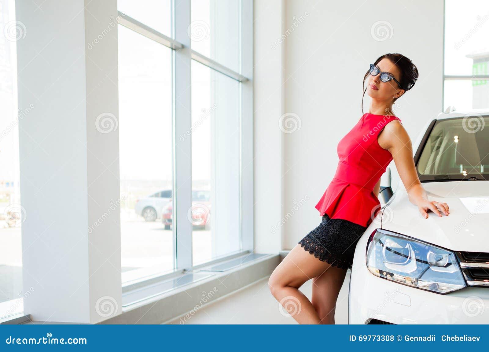 Девушка в авто в короткой юбке