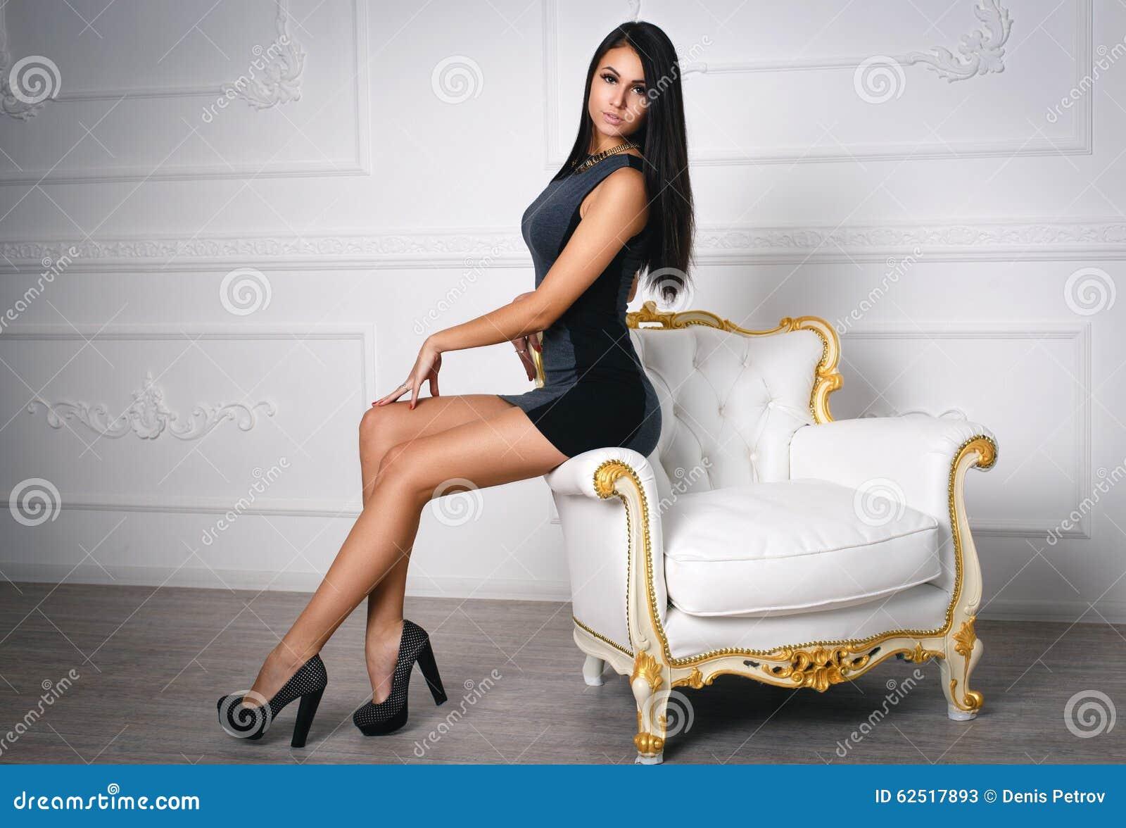 Сексуальная девушка в очень коротком платье