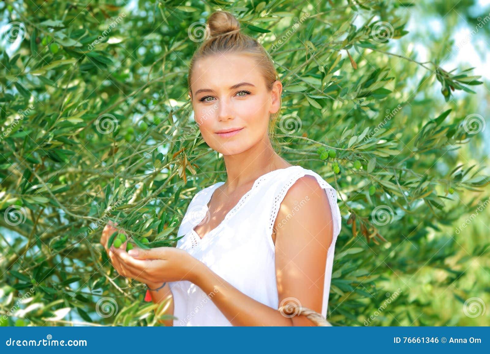Красивая девушка в прованском саде