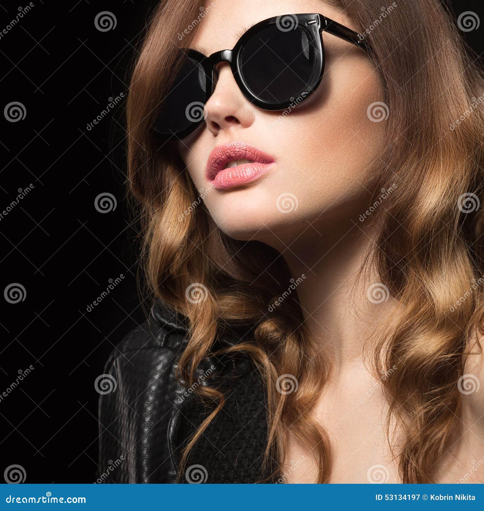 Фотки на аву для девушек с очками