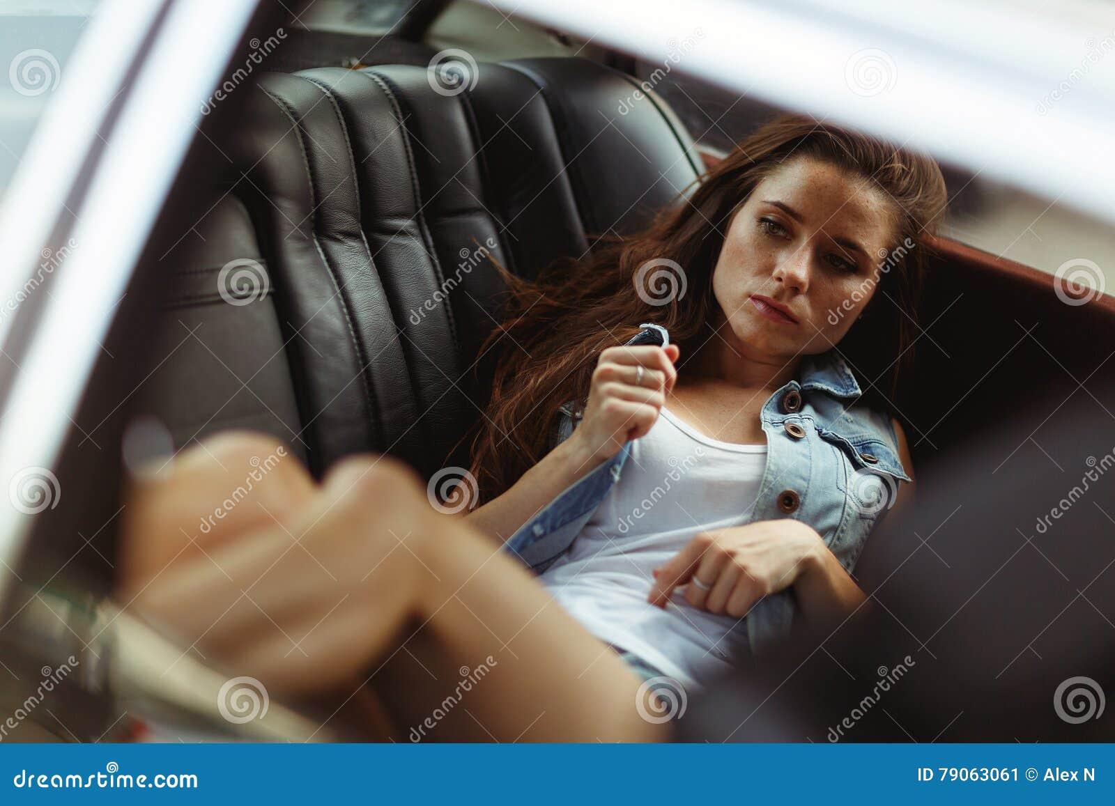 Как девки отдаются на заднем сидении автомобиля фото 488-369