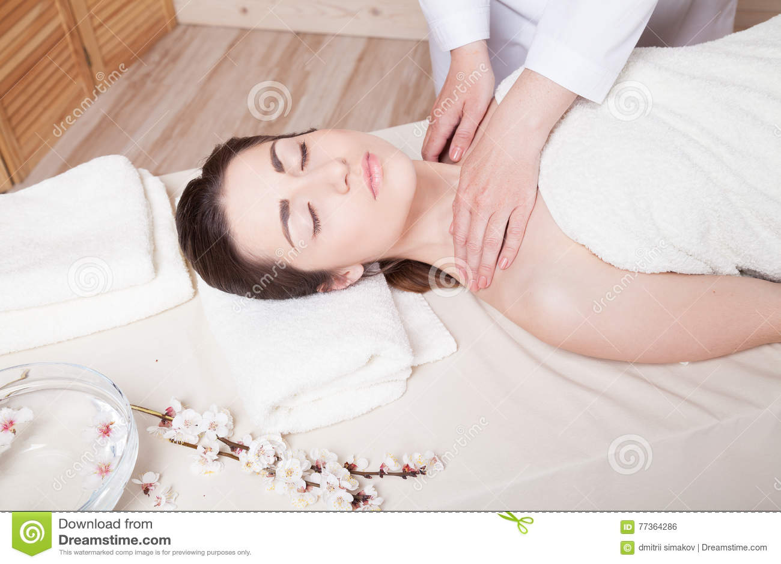 Делает массаж красивой девушке эротический массаж спб север города
