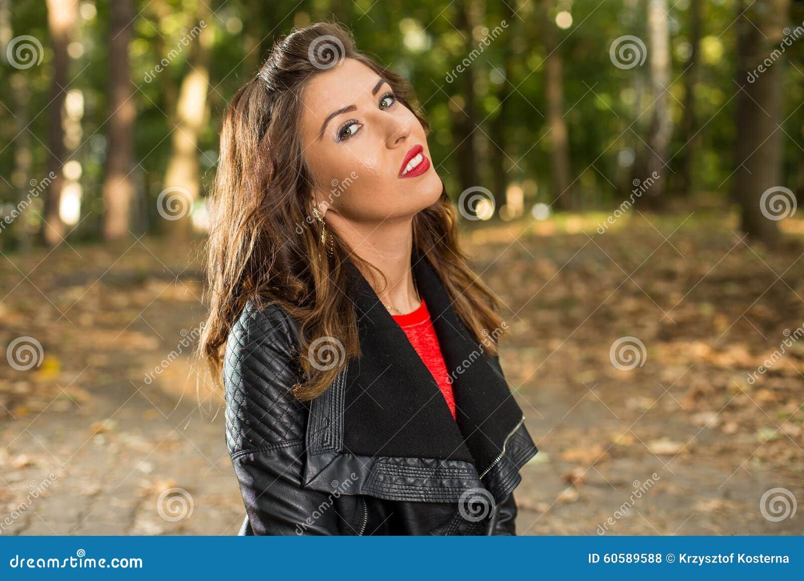Красивая девушка идет в древесины