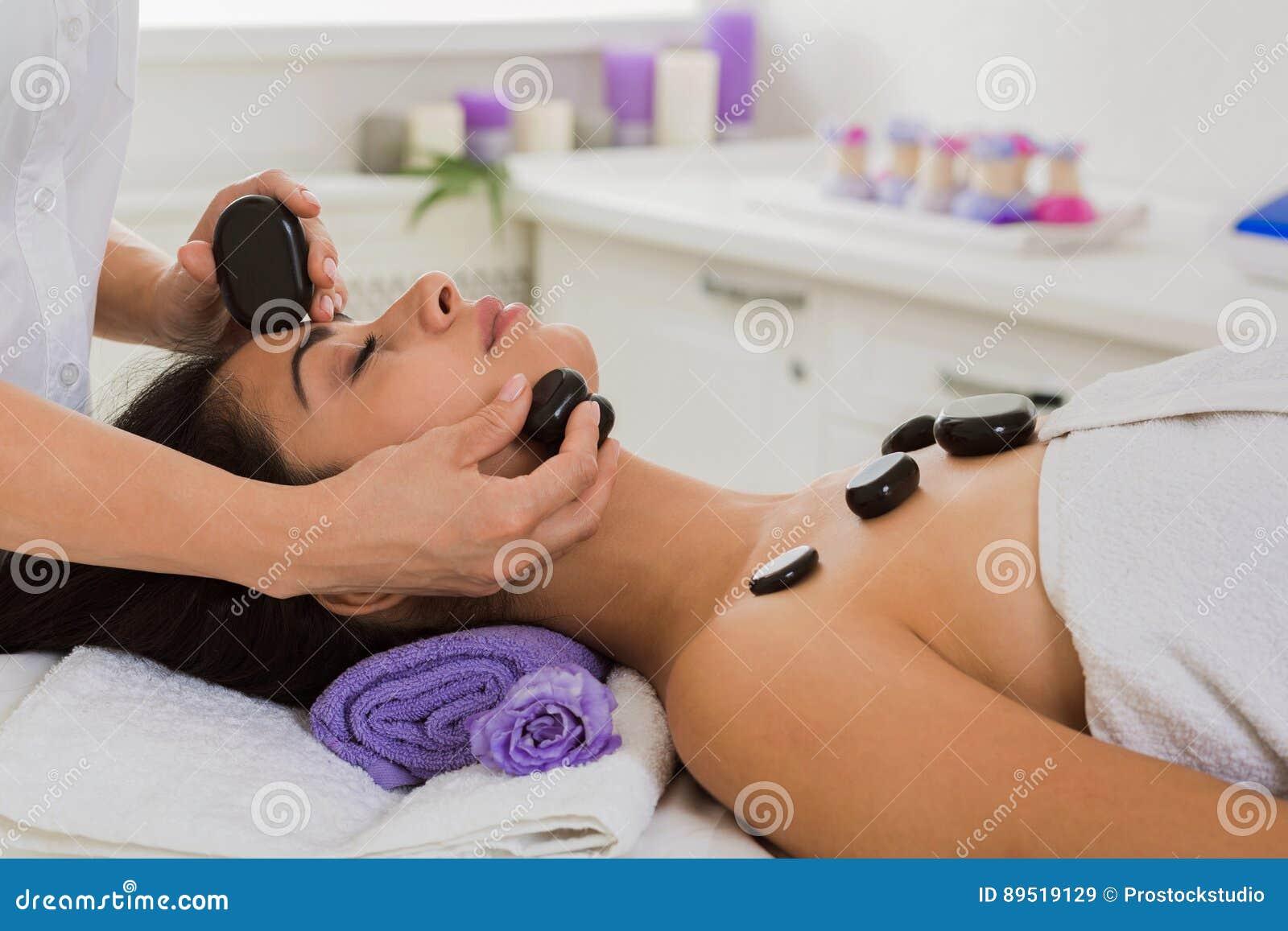 Девушка у массажиста в кабинете, пацаны мастурбируют на камеру