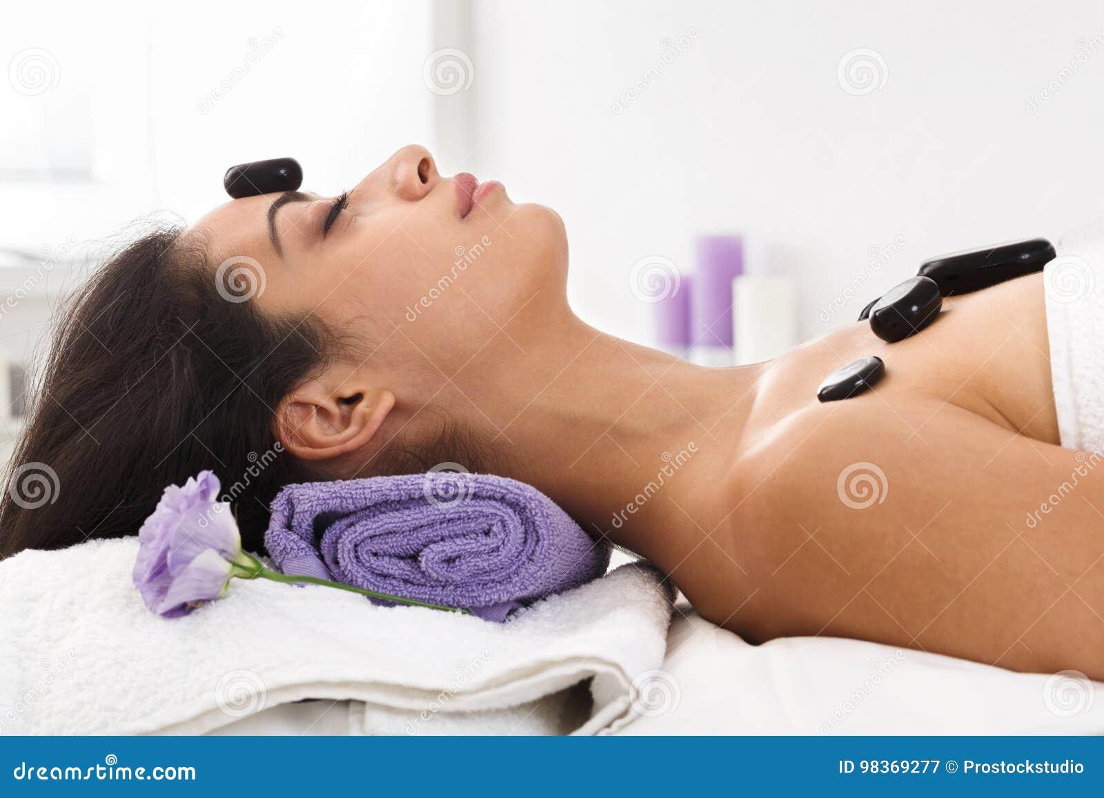 Девушка у массажиста в кабинете, порно предметы в жопе глубоко