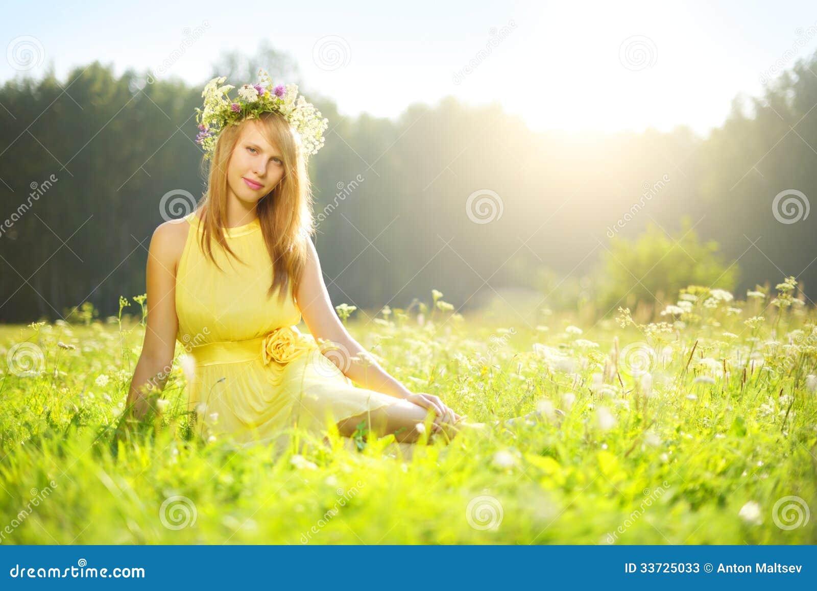 Красивая девушка ослабляя outdoors