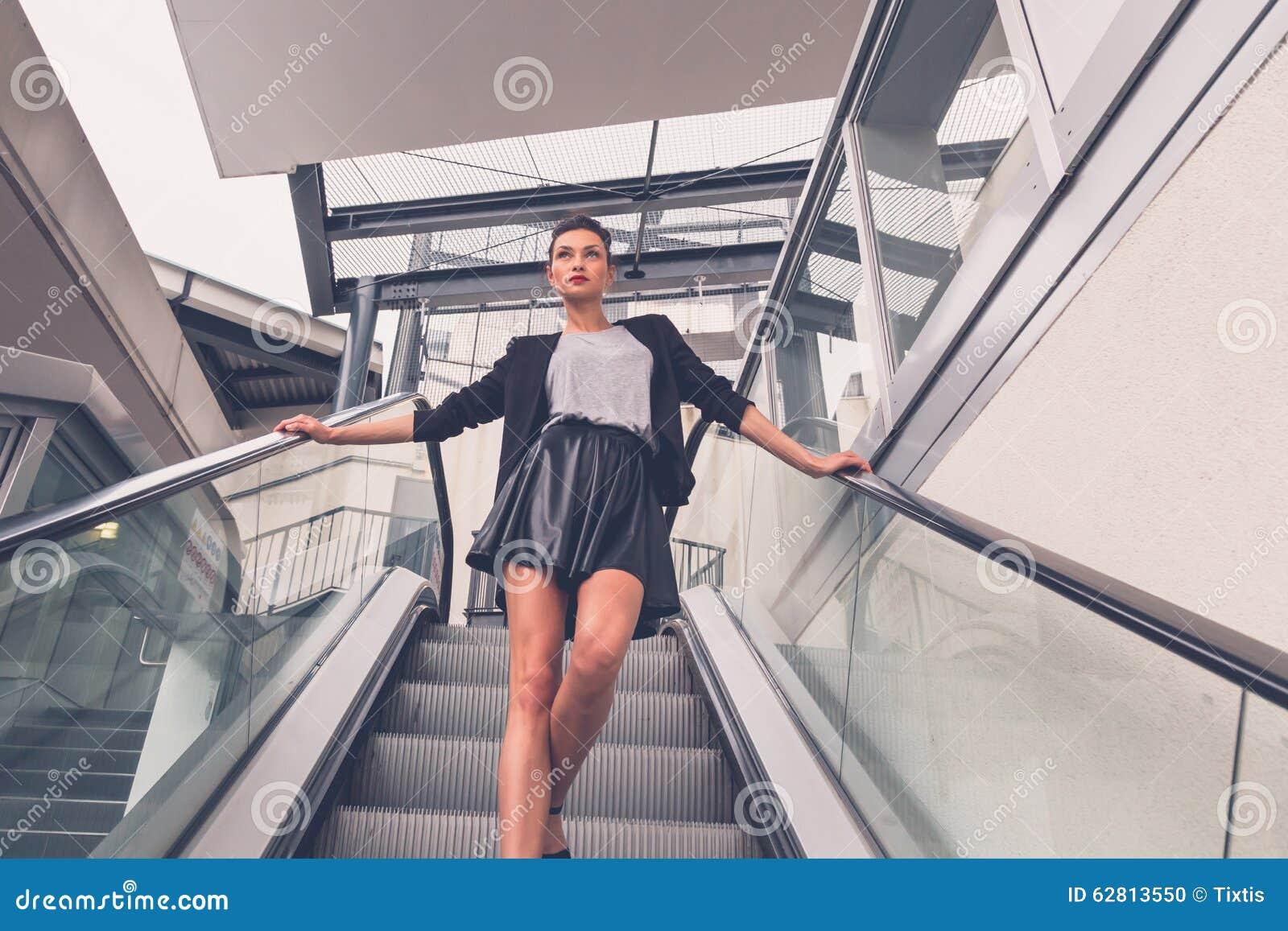 Девушек задирают юбки на эскалаторе фото 343-308