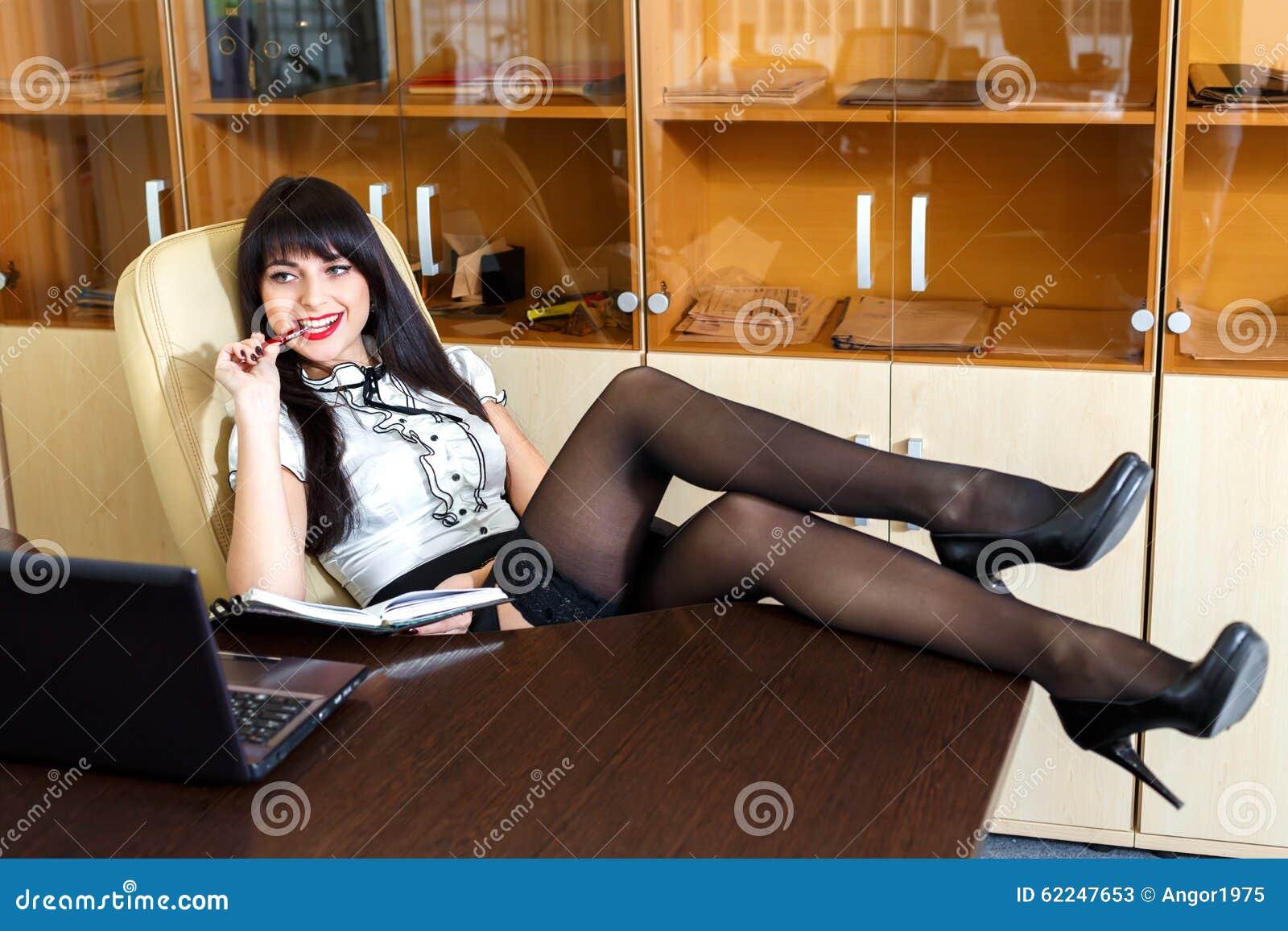 красивые девушки в офисе