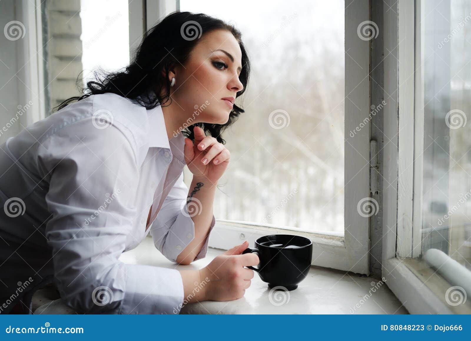 Фото красивая девуша смотряшая в окно фото 691-420
