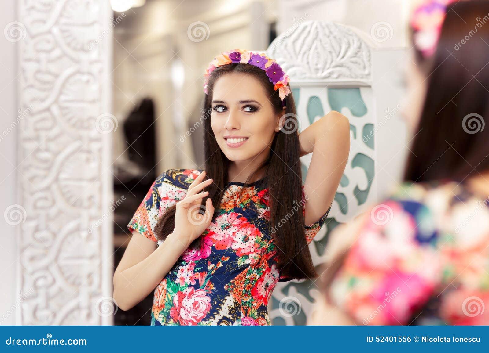 Девушка фото в зеркале в платье