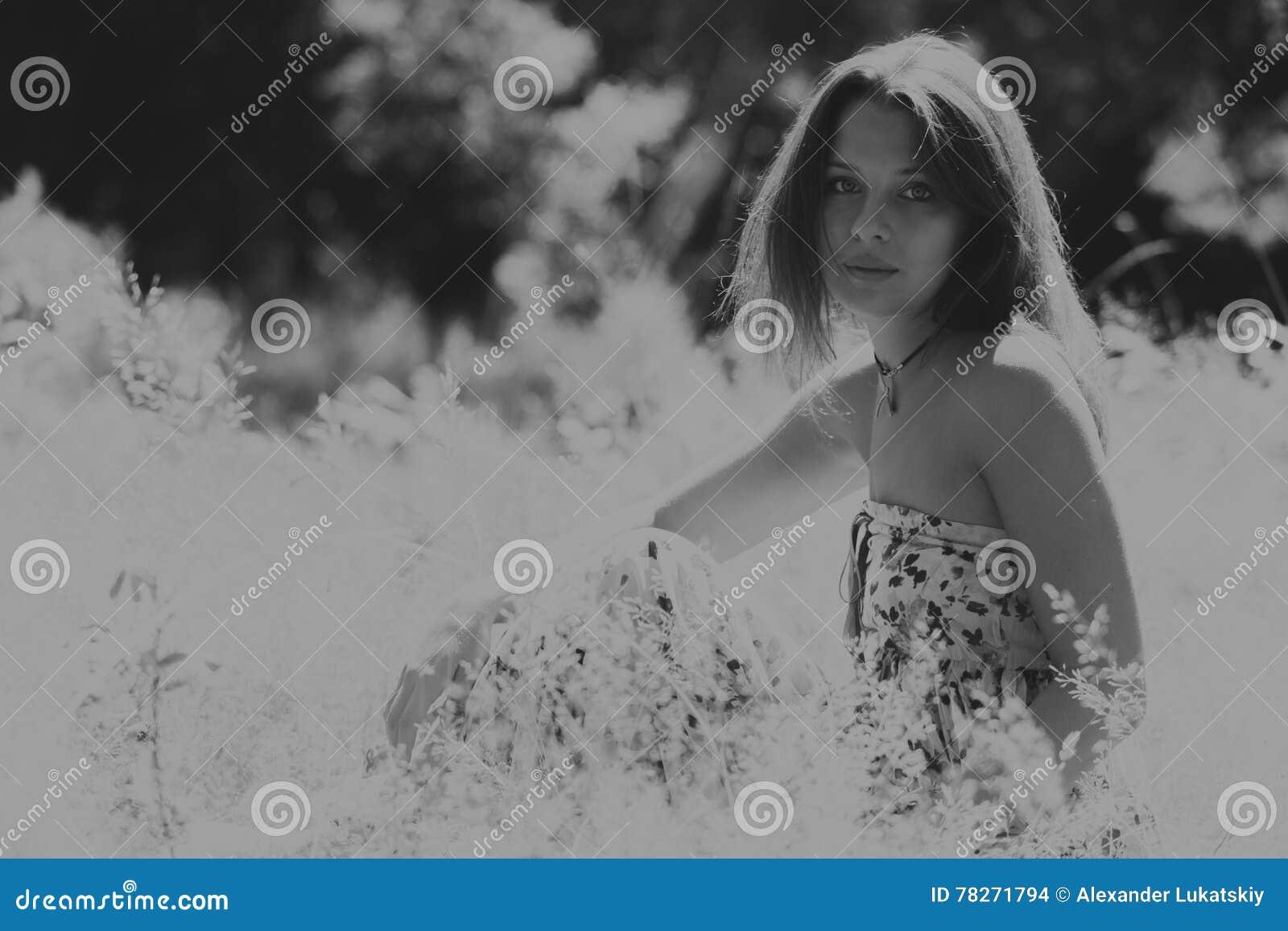 Красивая девушка среди полей цветка