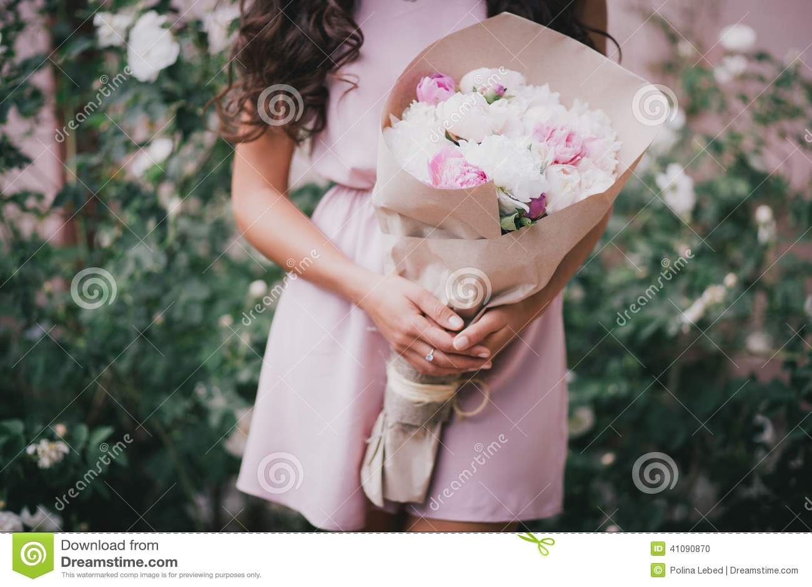 Пионы в руках у девушки фото