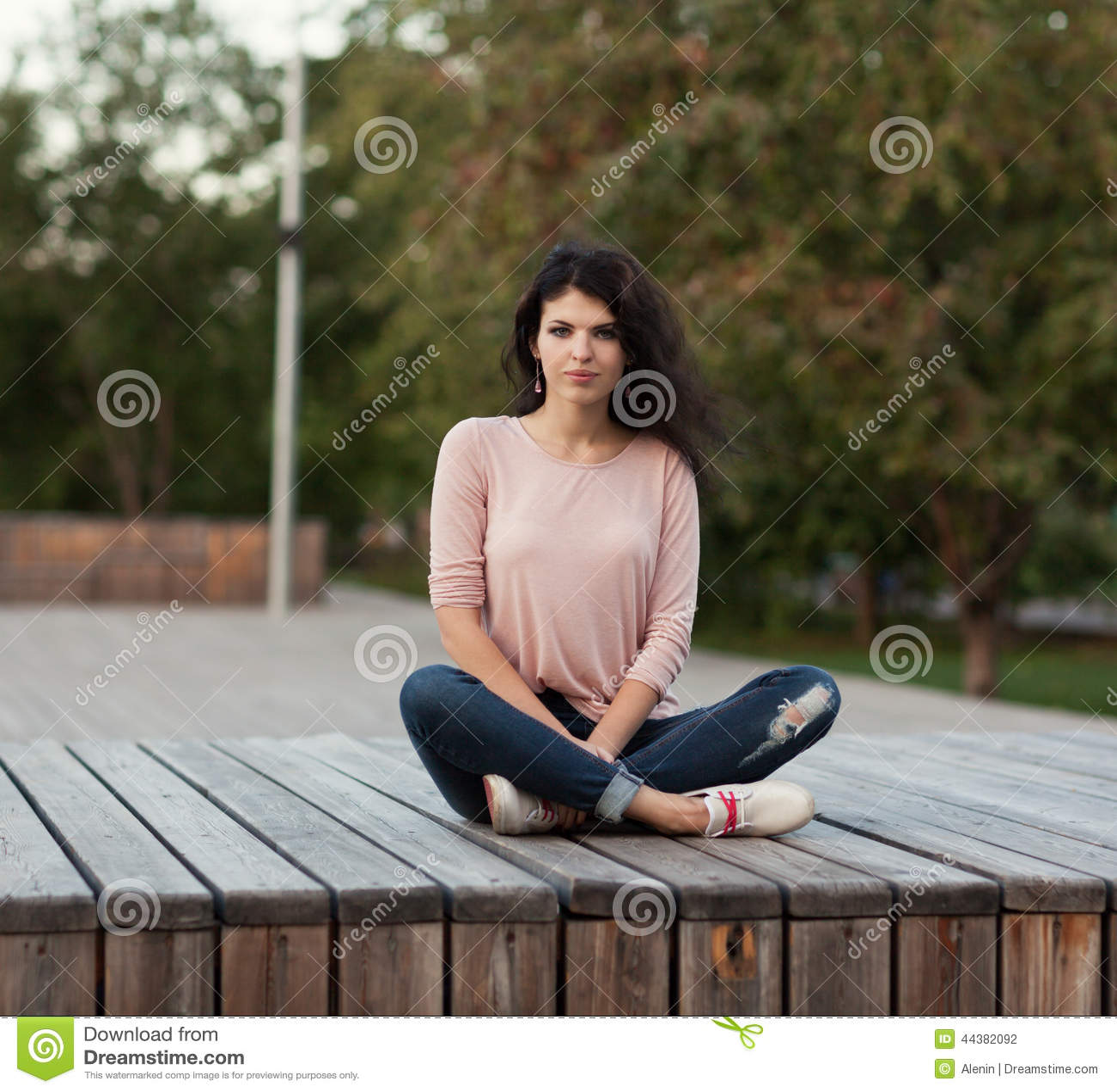 Длинноволосая красивая девушка в джинсах бесплатно фото фото 484-99
