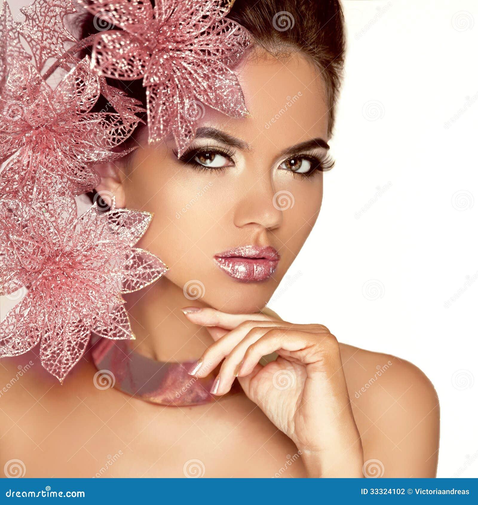 Красивая девушка с розовыми цветками. Сторона женщины красоты модельная. Perfe
