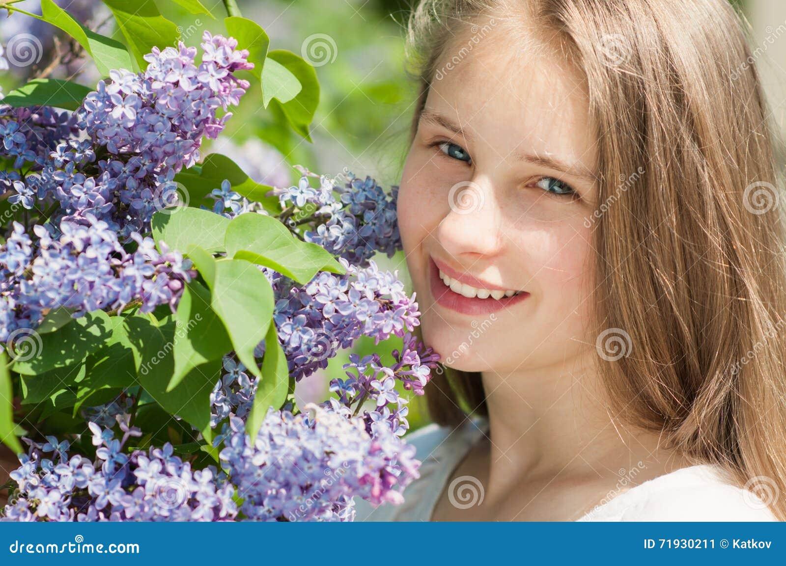 Красивая девушка с сиренью цветет