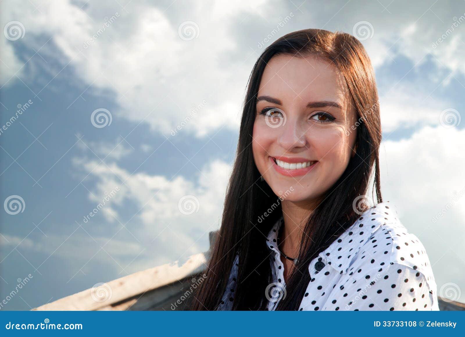 Красивая девушка усмехаясь в шлюпке