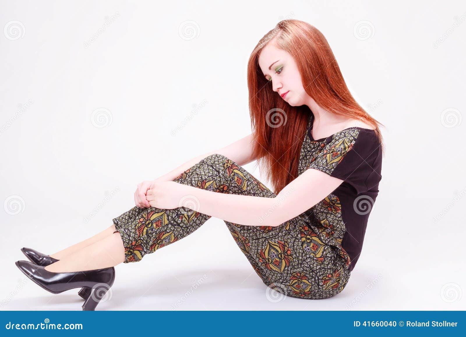 Красивая женская модель сидя на поле