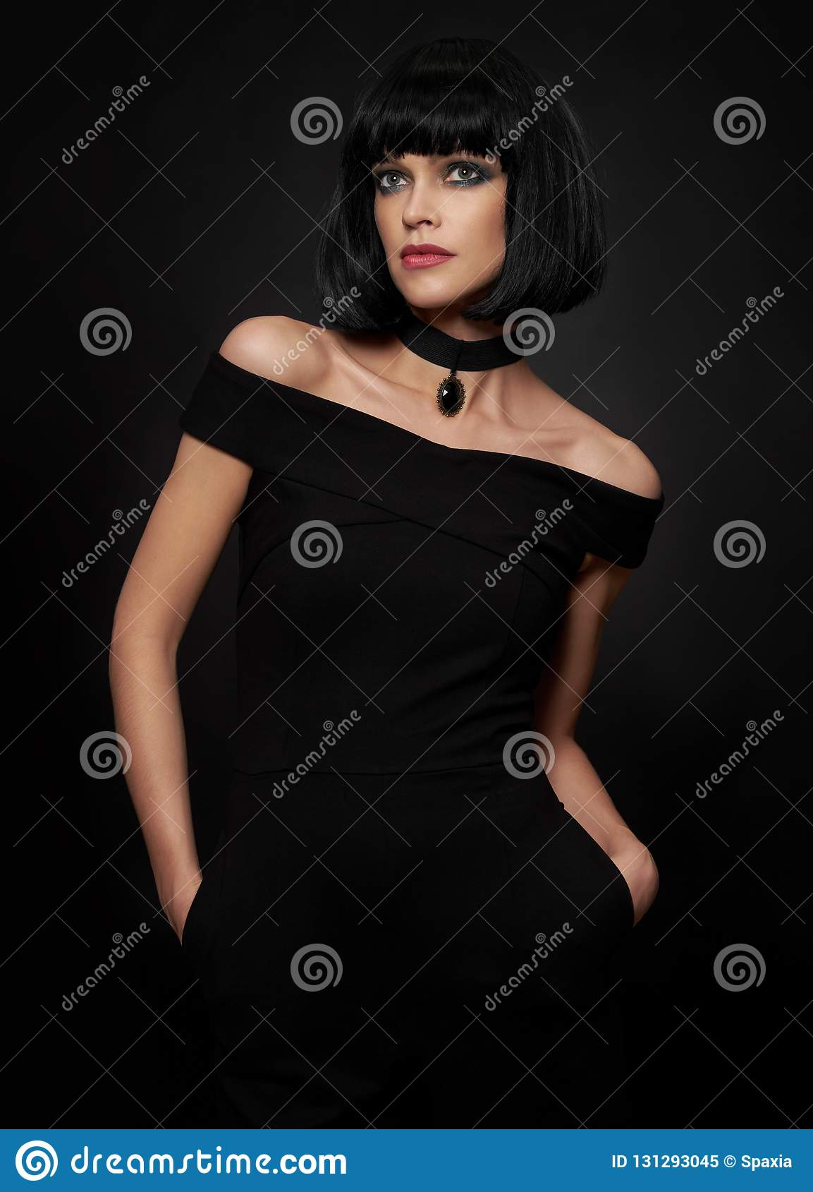 Красивая женщина брюнета со стилем причесок kare