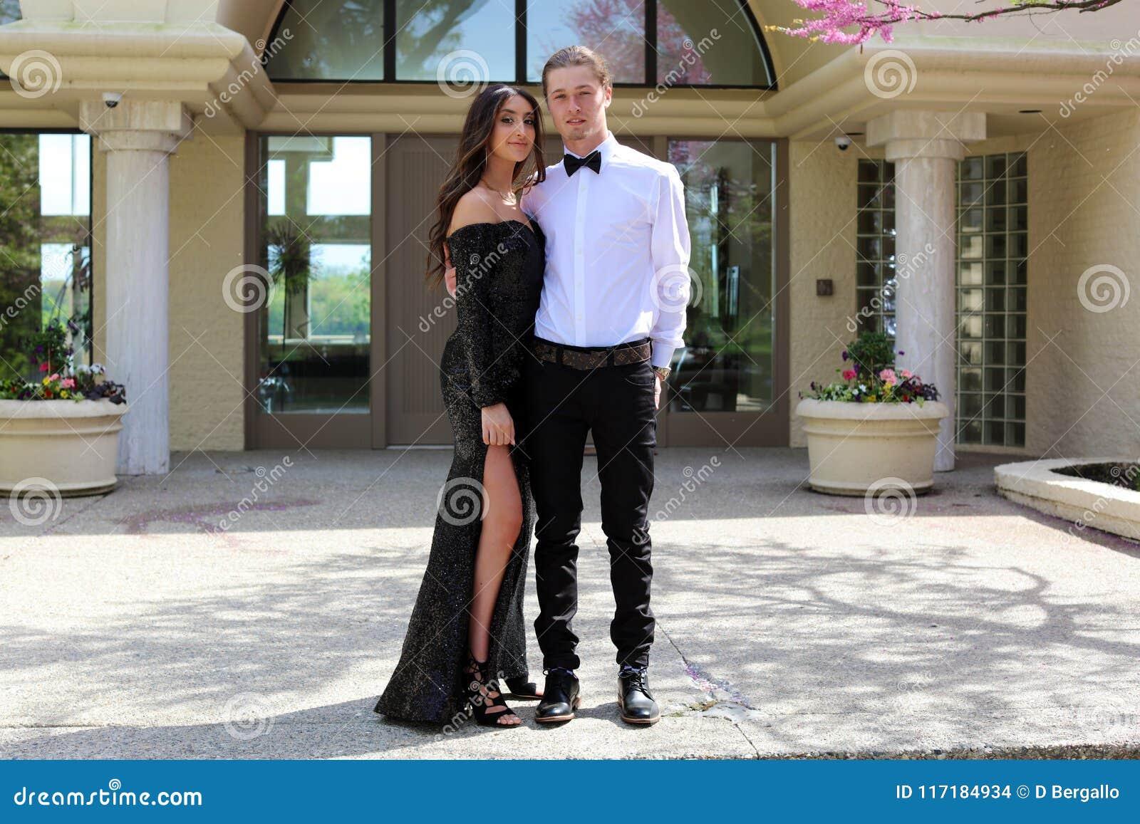 Красивая женщина в заднем платье выпускного вечера и красивый парень в костюме, сексуальный подросток готовый на роскошная ноча