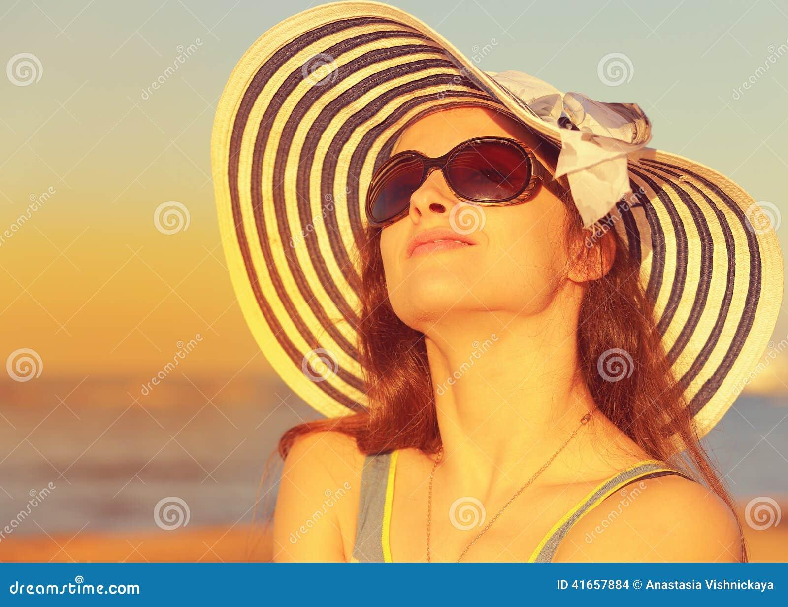 Красивая женщина в наслаждаться шляпы и солнечных очков