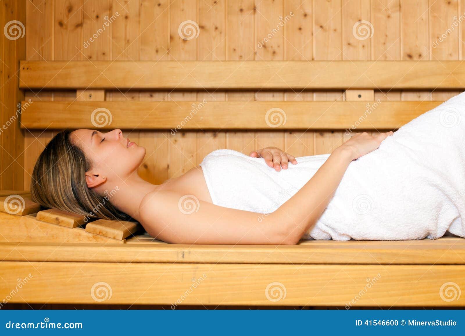 Красивая женщина в сауне