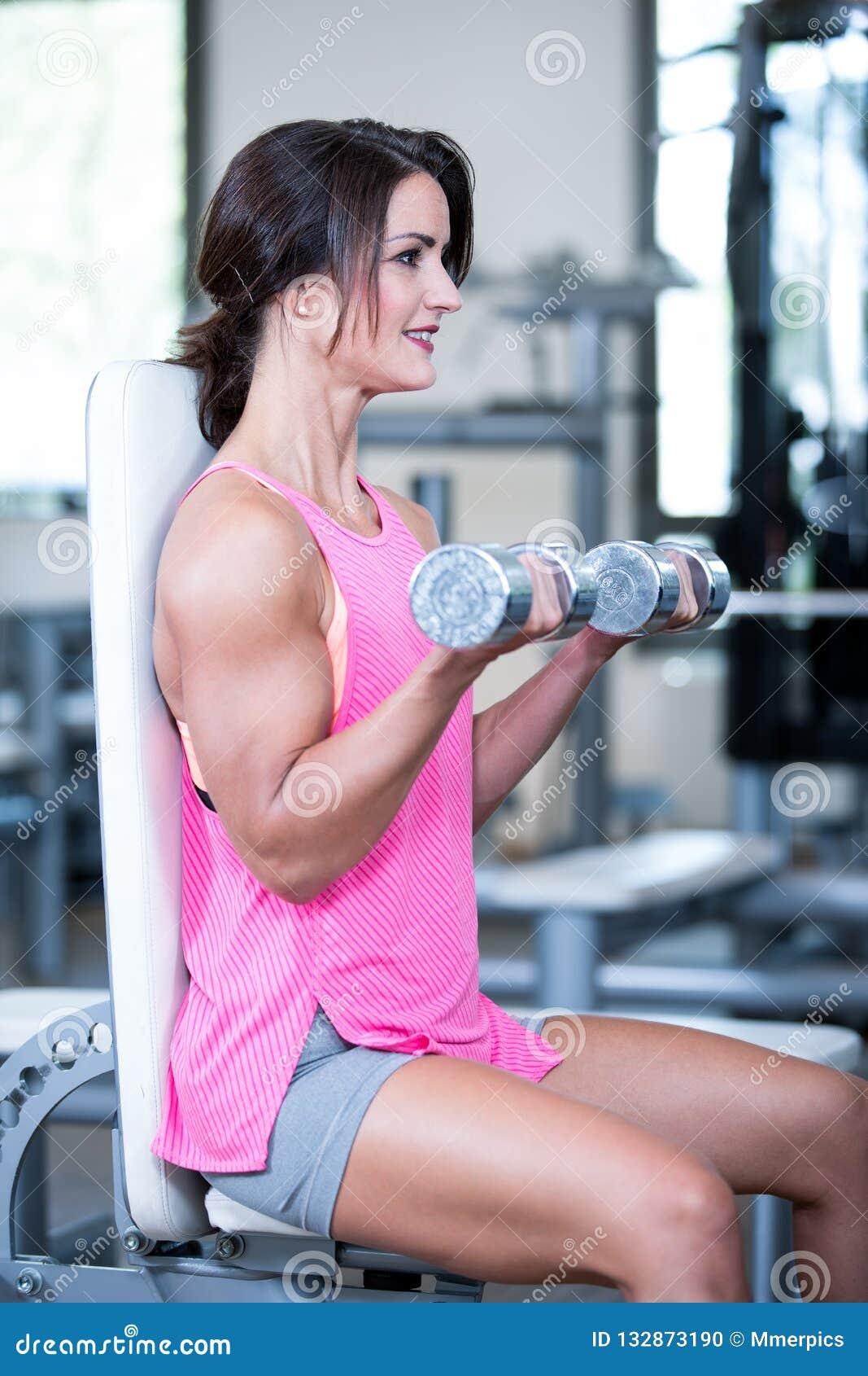 Красивая женщина в спортзале