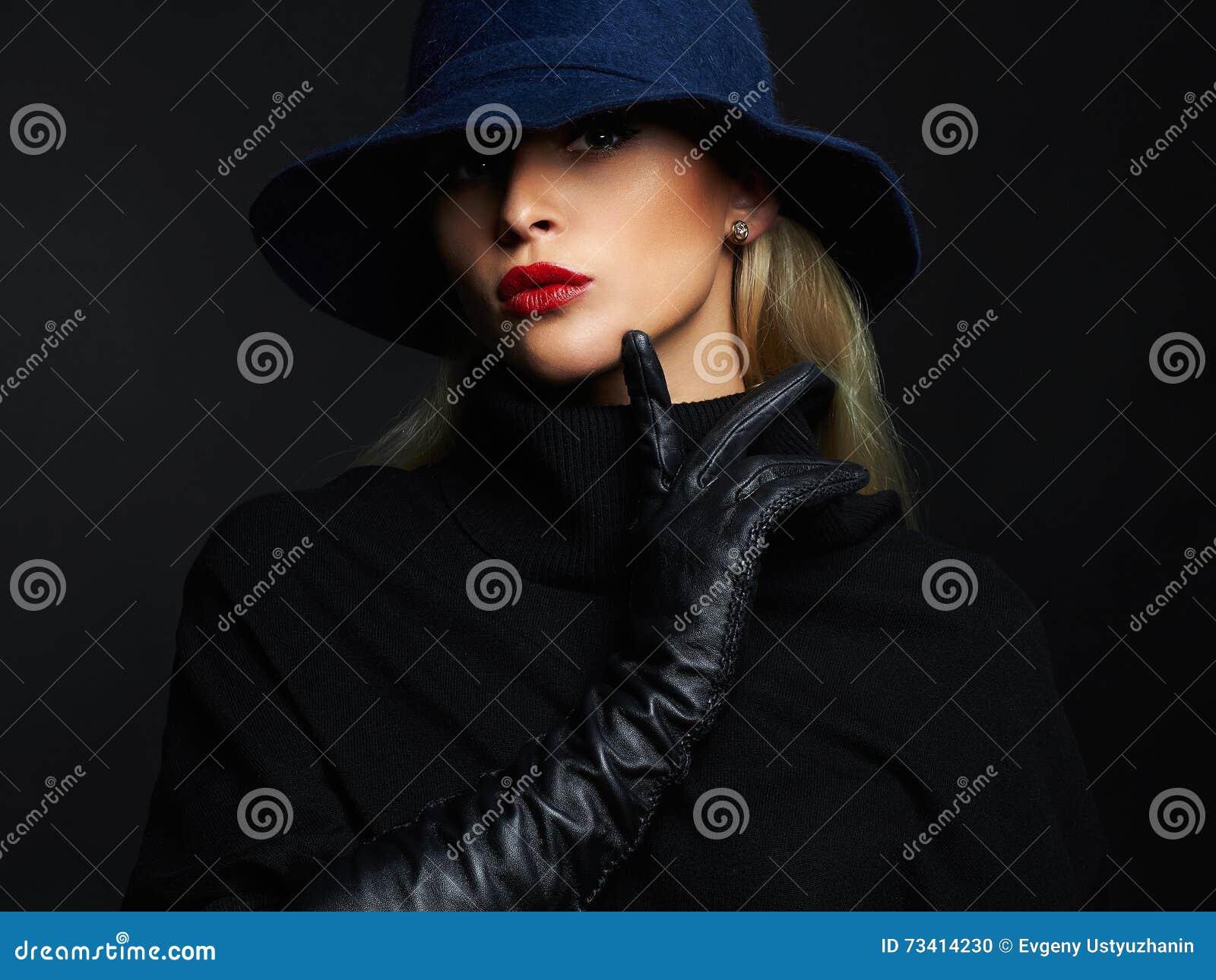 Красивая женщина в шляпе и кожаных перчатках девушка способа ретро