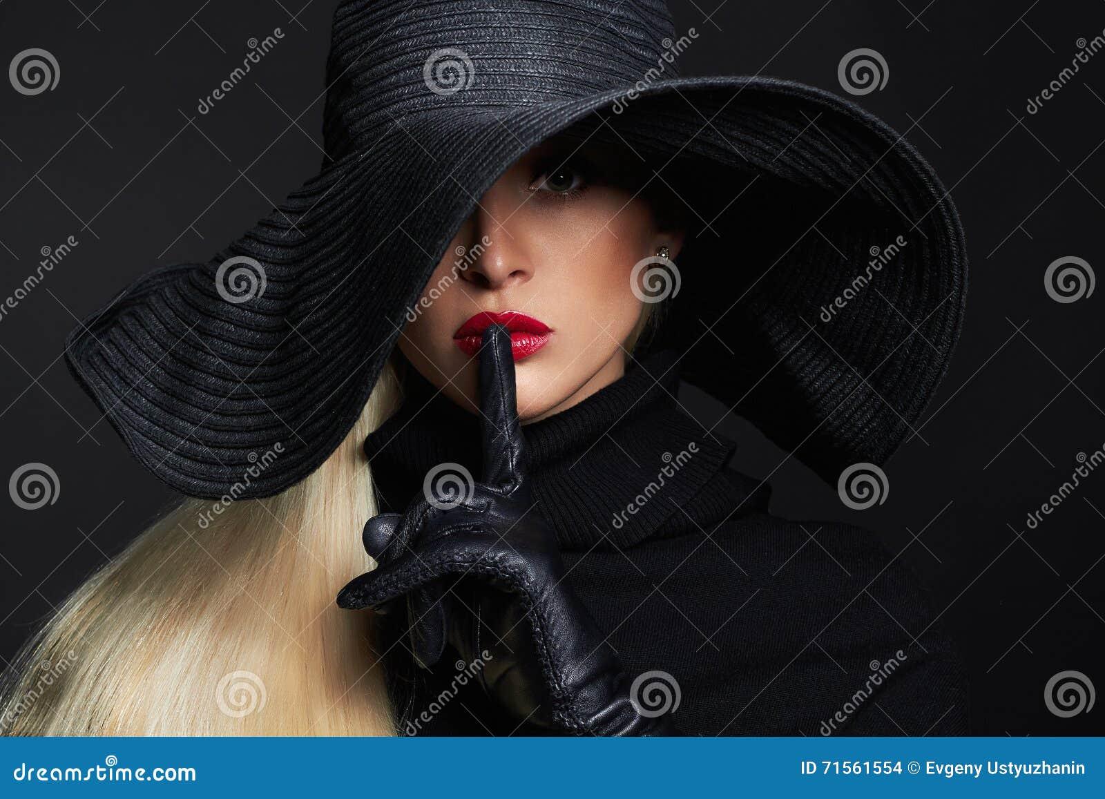 Красивая женщина в шляпе и кожаных перчатках Ретро девушка фотомодели иллюстрации halloween штольни мои пожалуйста см