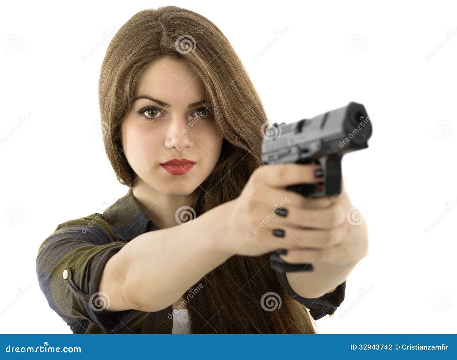 Красивая женщина держа оружие на белой предпосылке