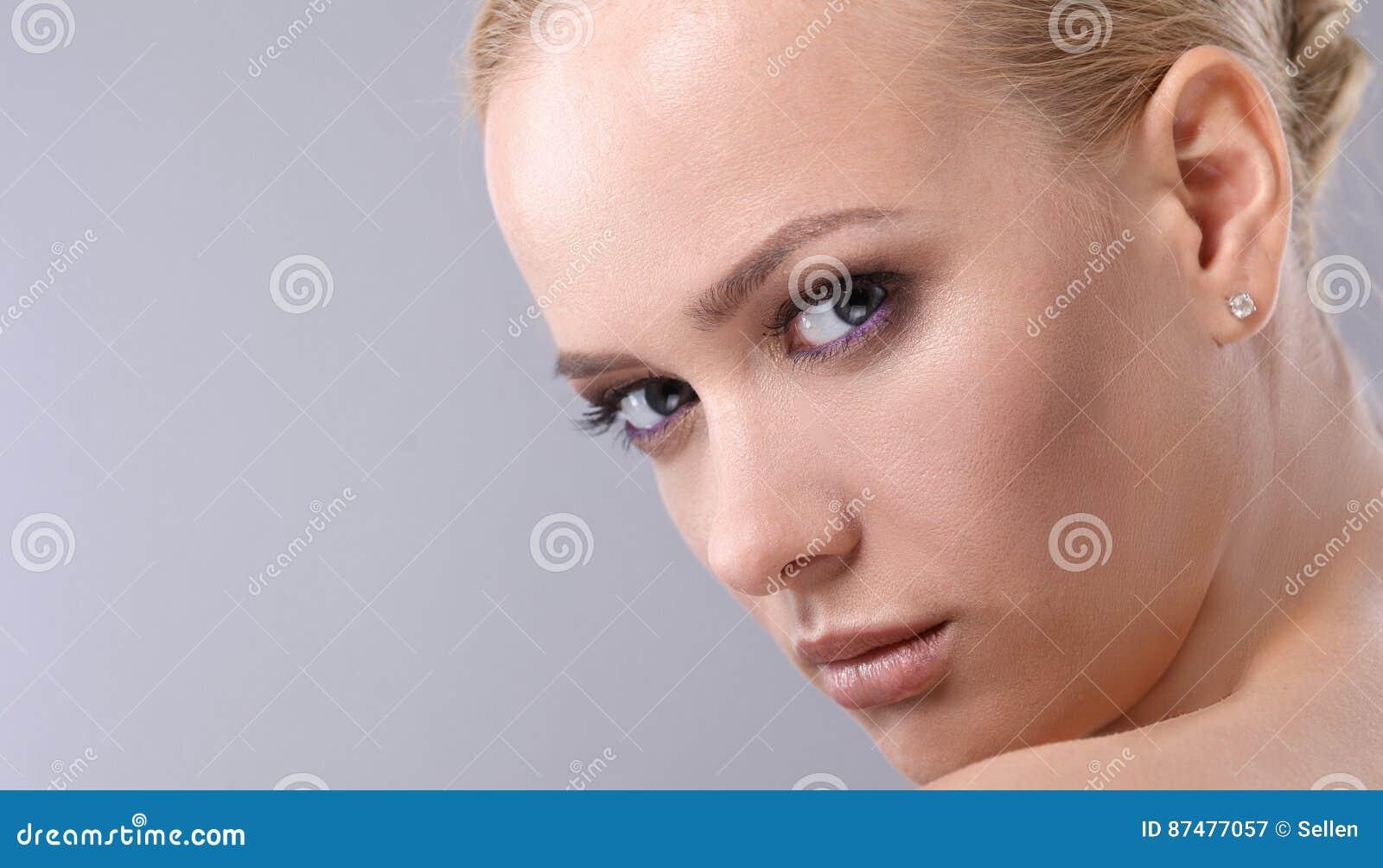Красивая женщина, изолированная на серой предпосылке