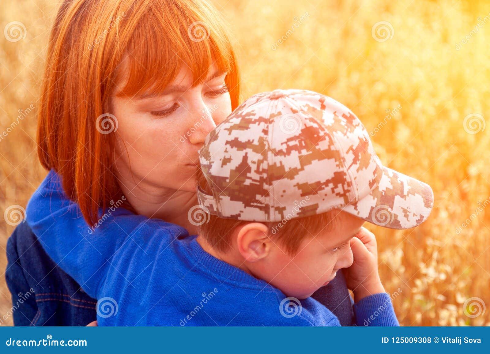 Красивая женщина и ее маленький сын